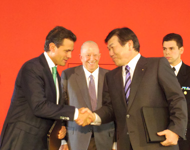 From Left to right: President Peña Nieto of Mexico, Mexican Ambassador to Japan Mr. Claude Heller, Mr. Iijima