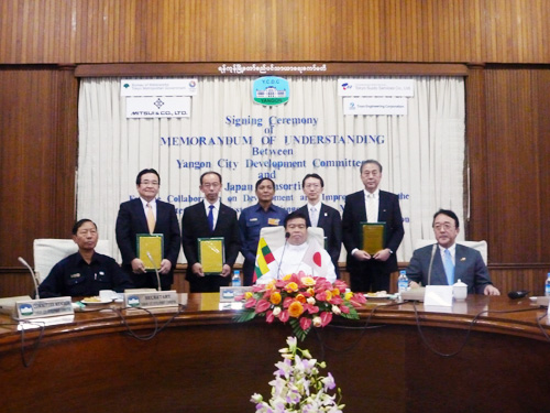 (Front Rank) From Left 2nd: Yangon City Mayor, Mr. Hla Myint, 3rd: Japanese Ambassador to Myanmar, Mr. Numata, (Rear Rank) From Left 1st: Mr. Ueda, GM of Renewable Energy & Environmental Projects Div., Mitsui & Co., Ltd.