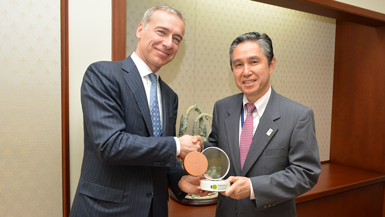 CEO Baldinger of RobecoSAM(Left) and Senior Executive Managing Officer Kinoshita of Mitsui with the trophy