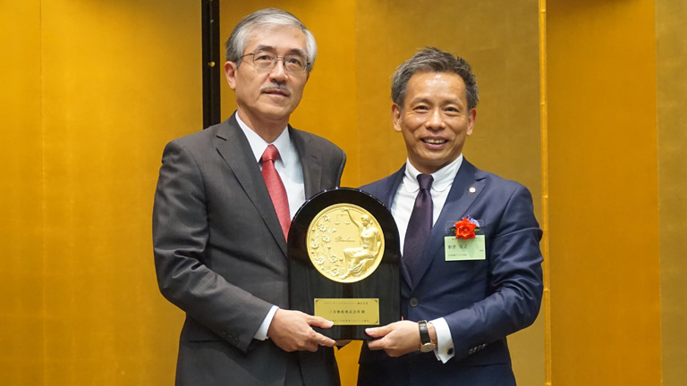 At the awarding ceremony on October 13, 2017, Chairman Shinshiba of the Securities Analysts Association of Japan (Right) and Senior Executive Managing Officer and Chief Financial Officer Matsubara of Mitsui