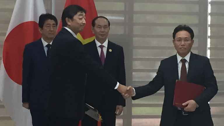 From left: Shinzo Abe, Prime Minister of Japan, Hiroyuki Tsurugi, Chief Operating Officer of Energy Business Unit I, Tran Dai Quang, President of Viet Nam, Nguyen Vu Truong Son, President & CEO of PetroVietnam at the MOU signing ceremony
