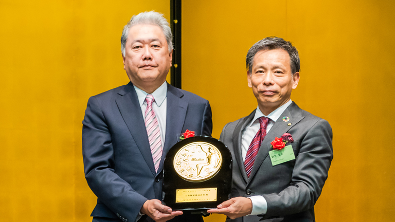 Securities Analysts Association of Japan Chairman Hiroyuki Shinshiba (right) and Executive Managing Officer and Chief Financial Officer Takakazu Uchida at the award ceremony held on October 12, 2018