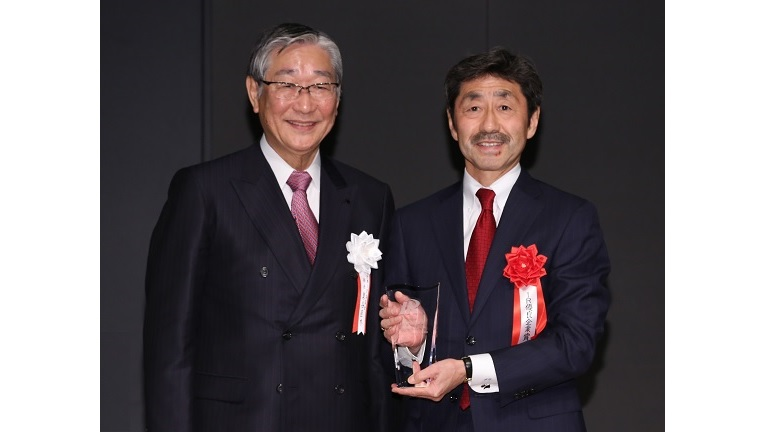 At the award ceremony on December 14, 2018. From the left: Japan Investor Relations Association Chairman Naoki Izumiya and Mitsui & Co. Representative Director, Executive Vice President and CAO Satoshi Tanaka
